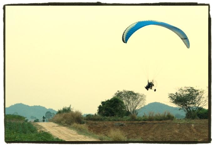Un paramoteur bien pratique pour les images aériennes!...